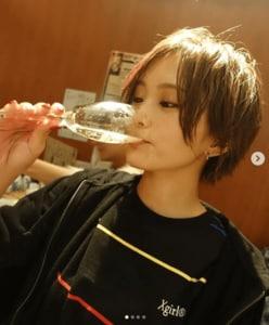 山本彩、GLAY・TAKUROから送られたドンペリを飲む姿がまるで「ナンバーワンホスト」