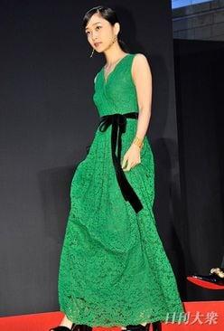 女優転身、元乃木坂46・深川麻衣の胸元ザックリドレスにファン歓喜