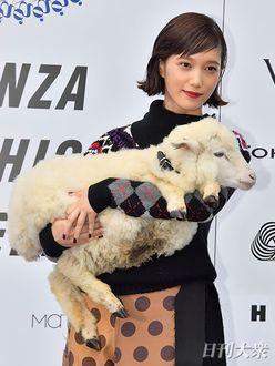 """本田翼""""子羊抱っこ""""のかわいすぎるコラボで、会場のファンを魅了"""
