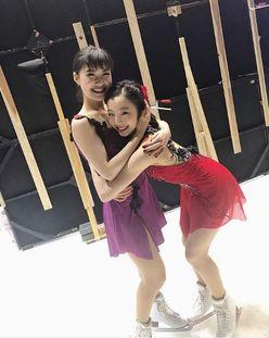 """本田真凜&村上佳菜子、姉妹のような""""抱きつきショット""""が話題に"""