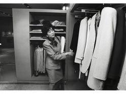 海外でも話題!『小池百合子 写真集』のファッションセンスに注目が集まる