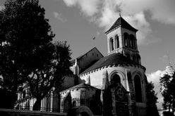 【心霊動画】教会からピアノの音、青年が撮ったビデオに映ったものとは…