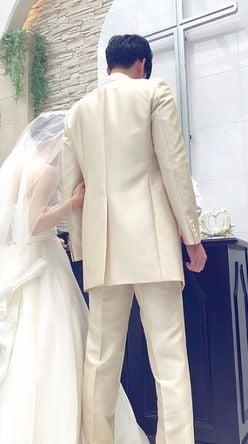 """菜々緒より""""長身&長い足"""" 実兄の結婚式画像に「後ろ姿でもイケメン」と騒然!"""