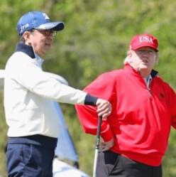 """安倍首相とゴルフを楽しむトランプ大統領の""""USA""""キャップが話題に"""