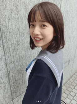 弘中綾香アナ、白肌覗くセーラー服姿に「現役JKみたい」