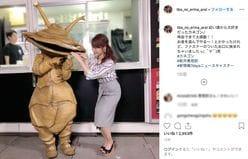 新井恵理那の指が口に…「カネゴンとの2ショット」に特撮ファンも納得!