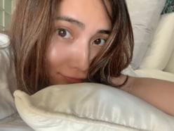 入山杏奈、シャワー後にベッドでくつろぐすっぴん写真を公開!