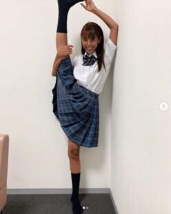 岡副麻希アナ、「パンツが...」 ミニスカートの制服姿で180度の大開脚!