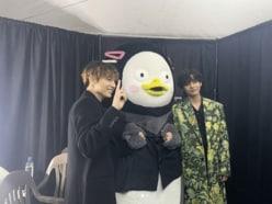 """BTSジョングクやV、TWICEモモやサナに""""大接近""""する「巨大なアレ」!!"""