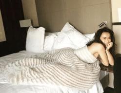 """長谷川京子、""""横胸あらわなベッド写真""""に「女神」「これは反則」と反響続々"""
