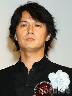 福山雅治は会社員、石橋貴明はホテルマン…デビュー前「普通に就職していた」大物芸能人たち