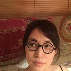 """石田ゆり子、""""老眼鏡""""姿が美しすぎると話題に「アラフィフなんて絶対ウソ!」"""