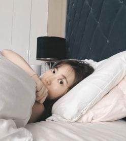 """小嶋陽菜、外出自粛中の""""すっぴんベッド写真""""に「ドキドキする」の声"""