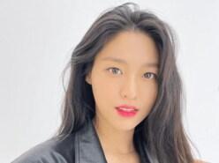 韓国女性アイドルグループAOA・ソリョン、「超ボリューム感バスト」の胸元露出ショット公開に「ラブリー」「天使のよう」の声