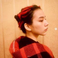 のん「エヴァを意識した」赤髪の編み込みヘアに称賛続々「弐号機」「赤が似合うね」