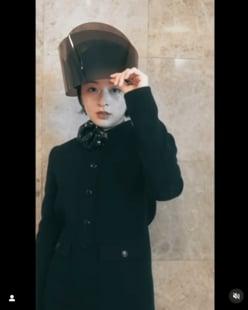 """森七菜、斬新すぎる""""フェイスシールドとミニワンピ""""コーデで大人モードな魅力を開花!"""