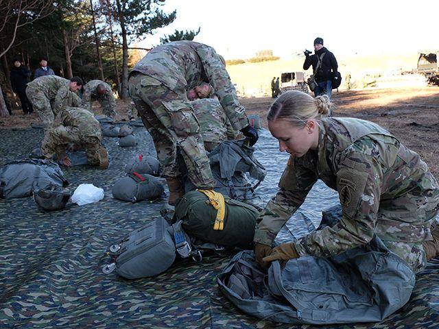 陸上自衛隊×グリーンベレー「厳戒の降下訓練」に密着の画像007