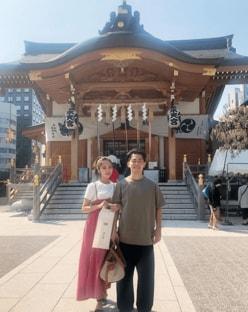 ジャンポケ太田の妻・近藤千尋、第二子の性別公開! 腕を絡ませ安産祈願へ