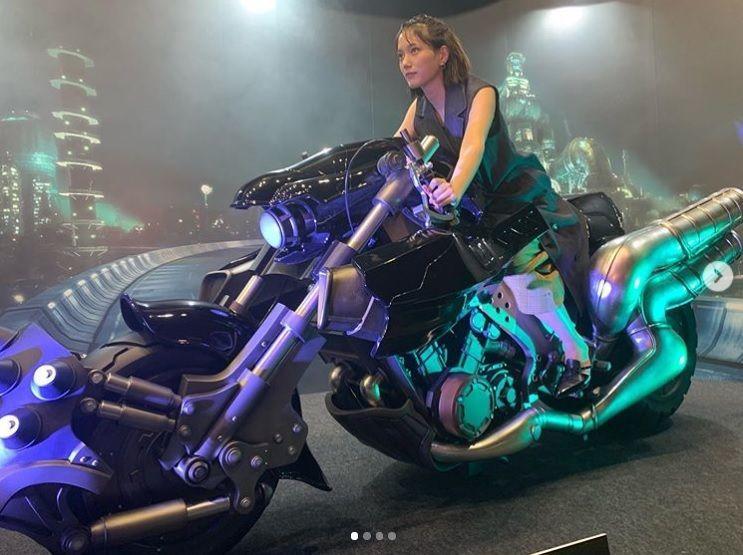 """本田翼『FF7』クラウドのバイクに乗った""""キメ顔""""ショットに「すごく楽しそう」"""
