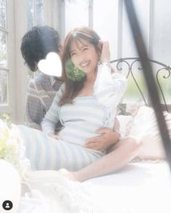 """舟山久美子、第1子妊娠!""""夫と2ショット""""でお腹ふっくらフォト公開"""