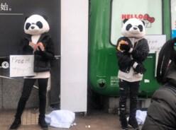 """ジェジュン&Matt、クリスマスの渋谷駅前で""""フリーハグ""""していた!"""