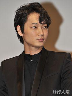 """綾野剛、""""ロマンチックすぎる""""新CMがファンに大好評!"""