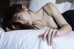 """長谷川京子、ベッドで悩殺 """"豊満バスト&谷間""""に「はみ出てます」"""