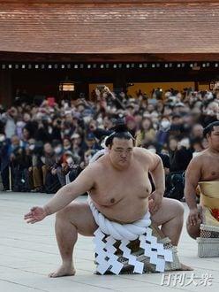 稀勢の里「横綱土俵入り」大迫力の雲竜型を披露!