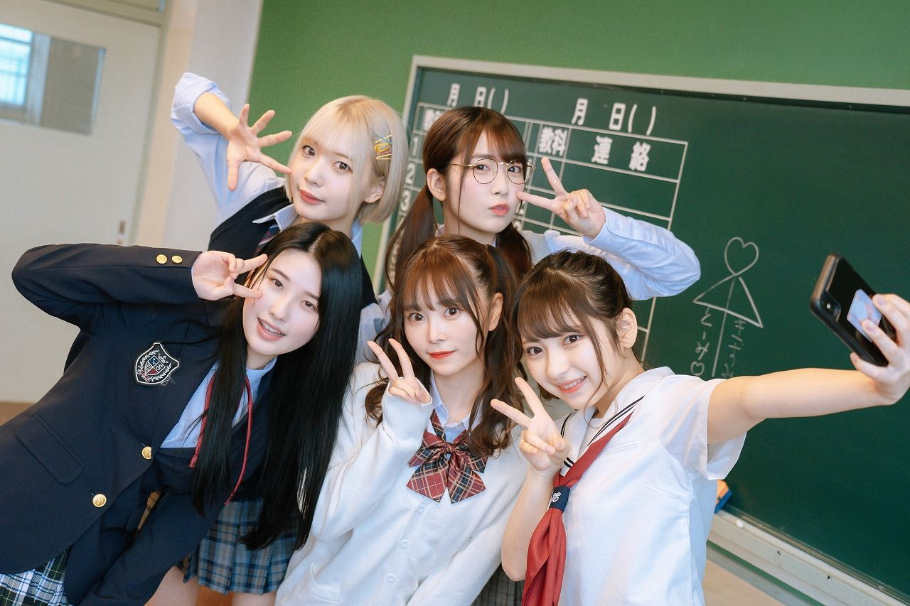 #2i2青木りさ「去年まで高校生だったので制服は落ち着きます。教室もすごく懐かしい」【独占告白2/6】【画像24枚】の画像004