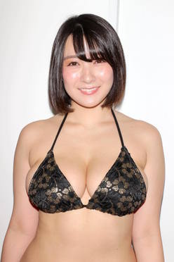 紺野栞「胸が成長しっぱなし」Hカップがキツくなっちゃった【写真28枚】