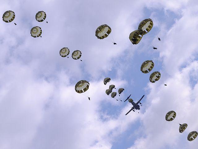 陸上自衛隊×グリーンベレー「厳戒の降下訓練」に密着の画像006