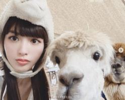 鈴木えみ、アルパカとの密着ショット公開「モフモフと美女の最強コラボ」