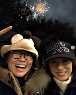 北川景子、キャップ姿でイモトアヤコとお忍びディズニー