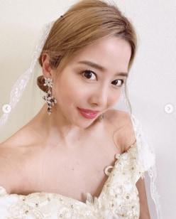 """エンリケ、""""自宅結婚式""""で純白ドレス姿を披露!「ディズニープリンセスみたい」の声"""
