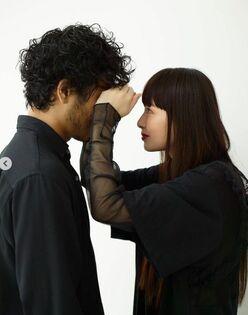 鈴木えみ、夫との密着ショットに「絵になる2人」「デレってる」の声