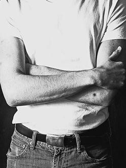 """平野ノラ、吉田栄作に""""白Tシャツ""""を貰って肩パットに収納!?"""