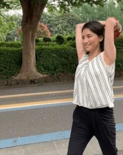 """橋本マナミ「ノーバン」目指し、""""美ワキ全開""""で投球練習"""