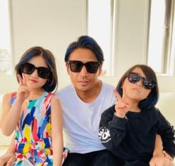 """魔裟斗、娘たちとおそろの""""ブルーヘア""""にイメチェン!「かっこいい家族」「イカしてる」と反響"""