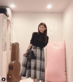 """TOKIO城島茂の25歳美人妻、自宅ショットの""""匂わせギター""""に注目集まる「リーダーの?」"""