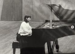 """セカオワSaori、16歳当時の""""優等生感あふれる""""ピアノ演奏ショットに「気品がすごい」"""