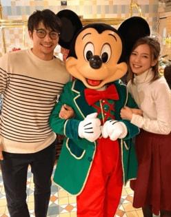 """真野恵里菜&柴崎岳""""クリスマスディズニー""""へ!挙式後初2ショットに「憧れの夫婦」"""