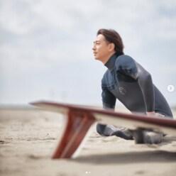 「春馬くんがいる」三浦翔平、ウェット姿で海を見つめる近影に感動の声相次ぐ