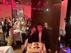 """浜田雅功&小川菜摘夫妻、顔を寄せ合う""""仲むつまじい2ショット""""を公開!"""
