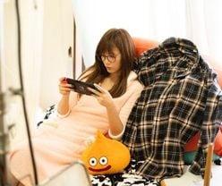 本田翼「メガネ&部屋着」のプライベート感あふれるゲーム姿に反響