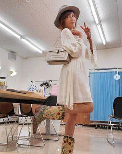 """工藤静香、""""夏でもブーツ""""のおちゃめショットに「オシャレ」「しーちゃんかわいい」の声"""