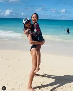 SHIHO、娘・サランちゃんと水着ではしゃぐ姿に反響「スタイル抜群な親子」