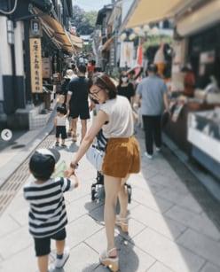 """加護亜依、""""生足全開""""で江ノ島観光「こんな母親最高」と羨望の声"""