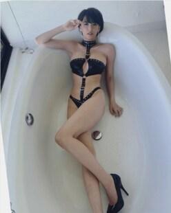 奈月セナ「ボンテージ美脚」姿が、ため息が出るほど美しい!